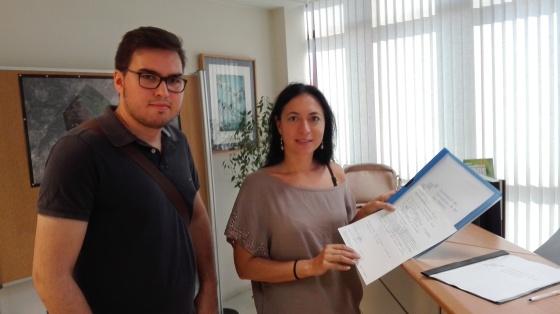 Àlex Cortès y Ángeles Durán, este viernes 29 de julio en la entrega del documento en la Conselleria de Educación.