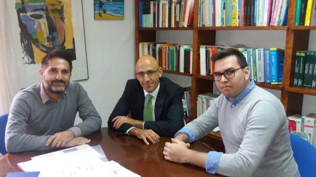 El defensor, Marc Tur, con los representantes de la APIB: Toni Sánchez Grao y Alexander Cortès.
